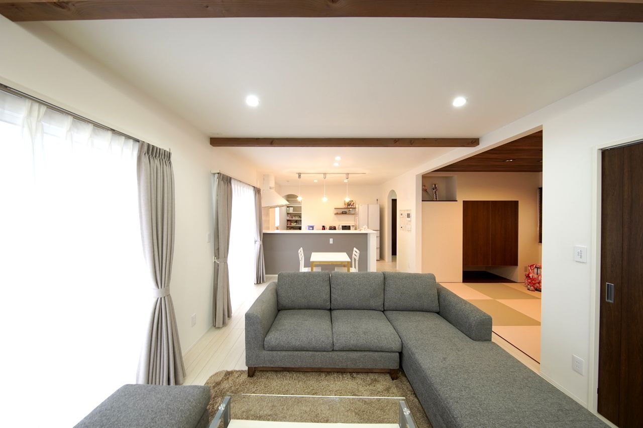 折上げ天井と化粧梁で開放的なリビング 住宅 リビング 注文住宅