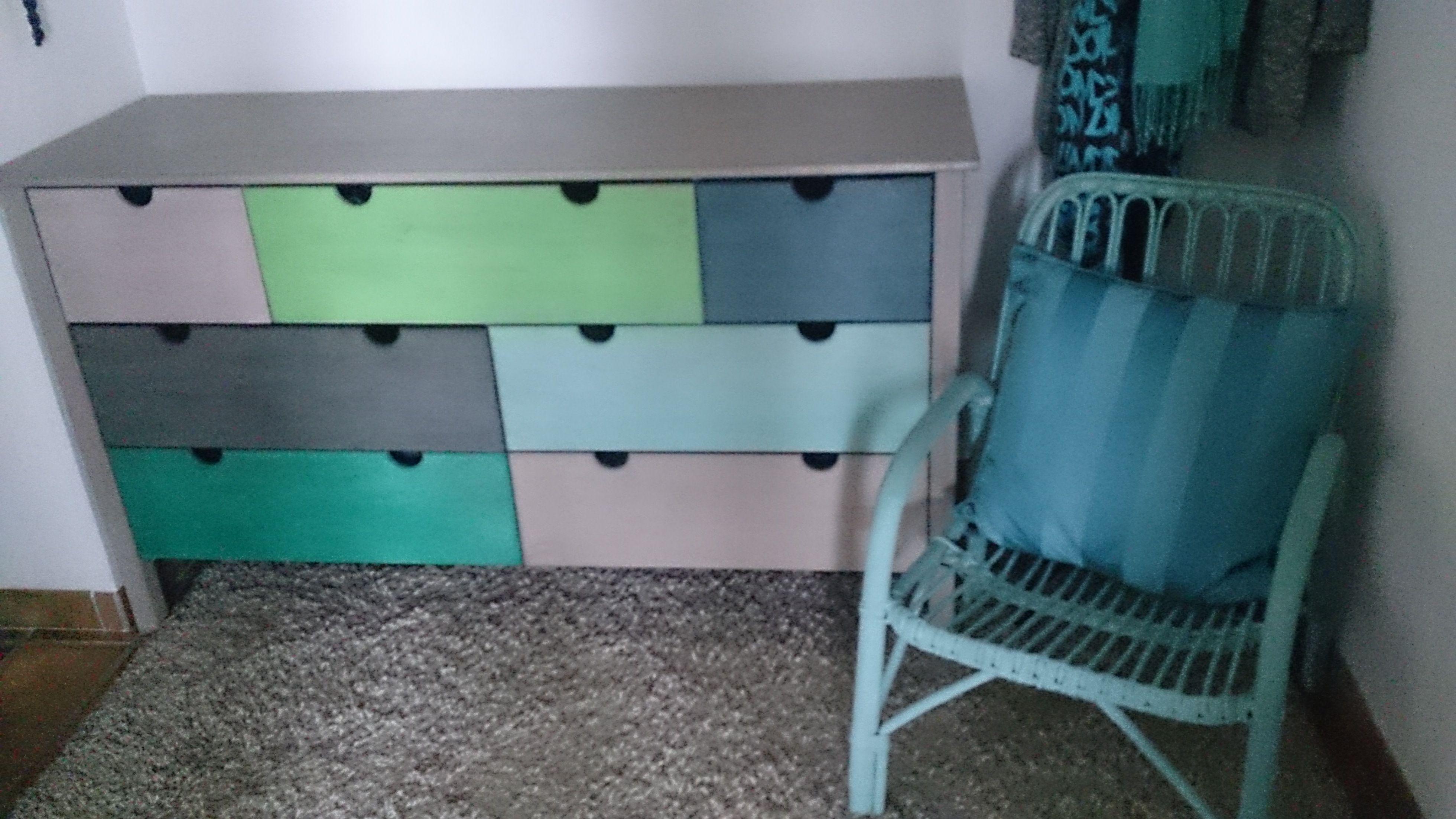 aufm beln aus alt mach neu aus einer braunen kieferkommode wird ein buntes m bel das. Black Bedroom Furniture Sets. Home Design Ideas