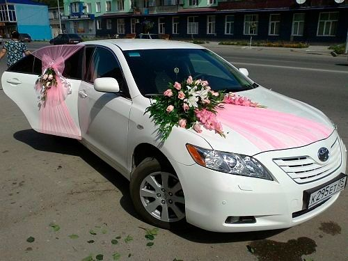 Creative Car Decoration For Wedding Equipped With Pink Ribbon And Flower Decoration You Can Apply The Whit Wedding Car Wedding Car Decorations Wedding Car Deco