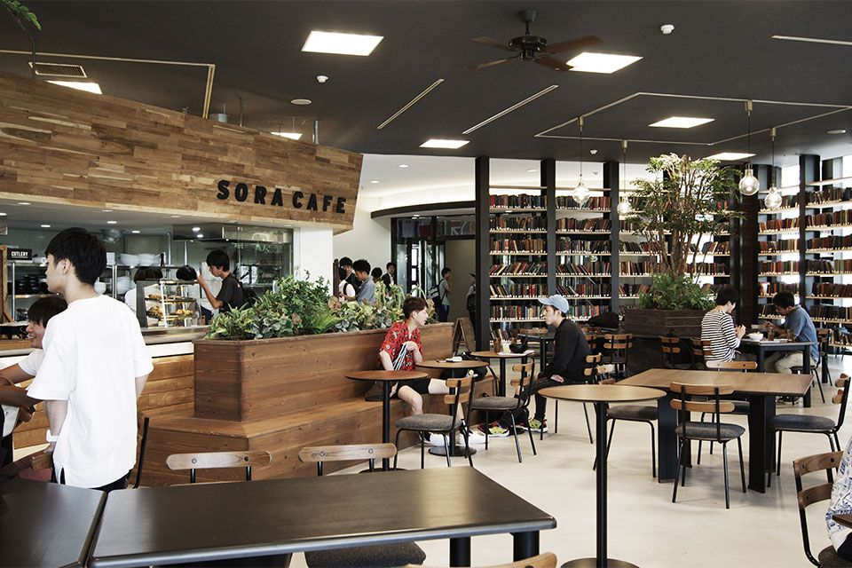 Eight Design 愛知県日進市の名古屋商科大学内にオープンした学食カフェ Sora Cafe 名古屋商科大学 の店舗デザイン デザイン 店舗デザイン 書斎デザイン