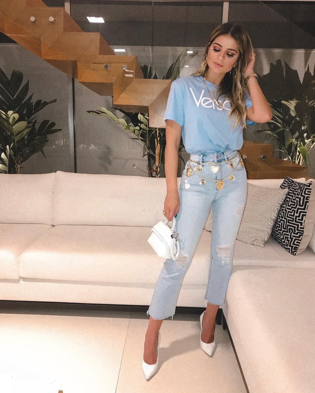 1c4cb7c37 Look Thássia Naves, Versace, t-shirt azul, calça jeans rasgada, scarpin  branco, bolsa branca, cinto dourado, look blogueiras, famosas