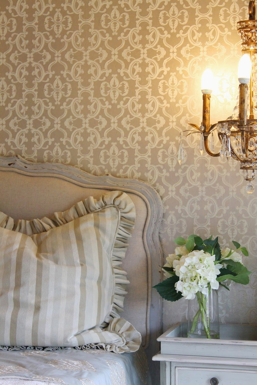 Love The Metallic Wallpaper Knock It Off With Paint And A Stencil Lots Of Glass Warm Textures Mixed Metals Simple Patterns See How To Pull