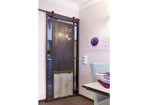 Style Industriel Pour Cette Porte Coulissante Sur Mesure Maison - Porte placard coulissante jumelé avec porte d entrée appartement blindée