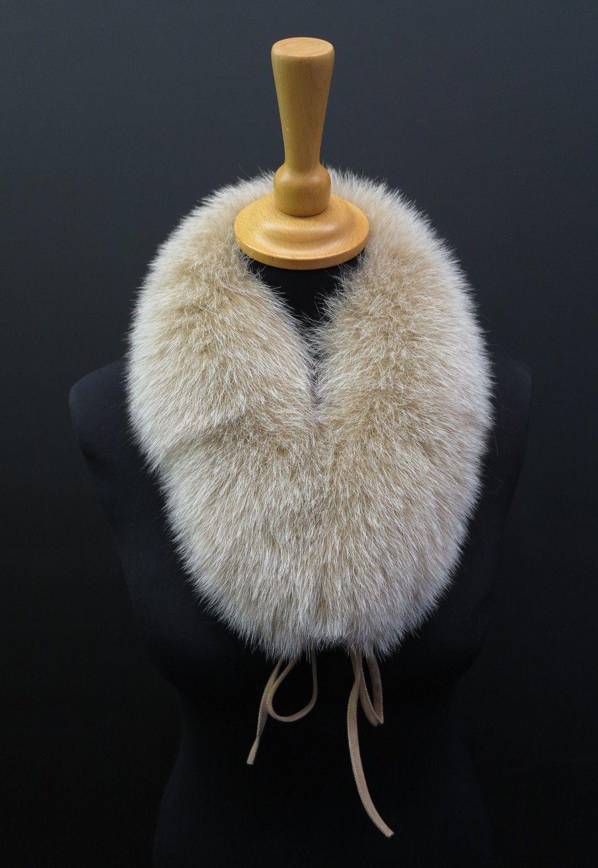 fbb3460d5dc Světlý kožešinový límeček z barvené lišky zavazovací na koženou tkaničku.  Umisťuje se kolem krku na kabát nebo bundu s uzavřenou fazóznou.  pravá   kožešina ...