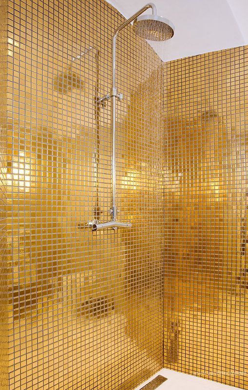 bathroom at Aplaus hotel \/ photo by Vavřinec Menšl Live - badezimmer gold mosaik