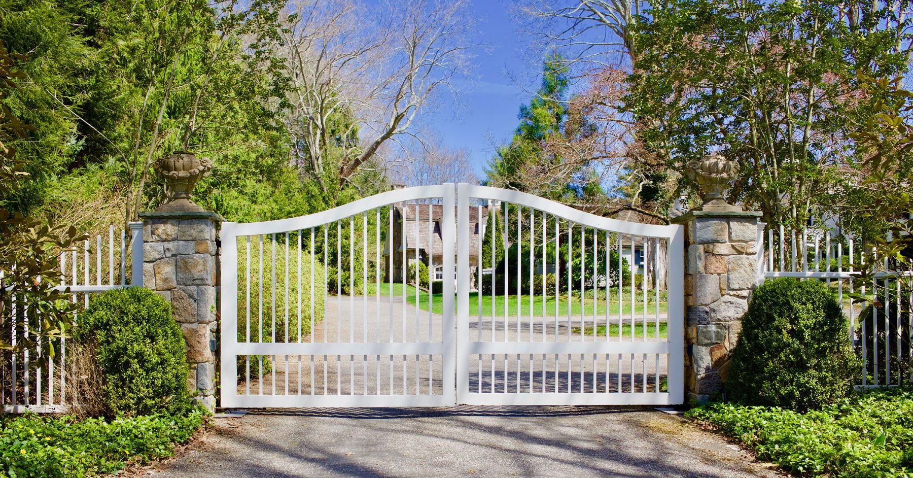 White Wood Picket Driveway Gate With Matching Picket Fence Gates By Tri State Gate Bedford Hills Ny Iron Gates Driveway Entrance Gates Iron Gates