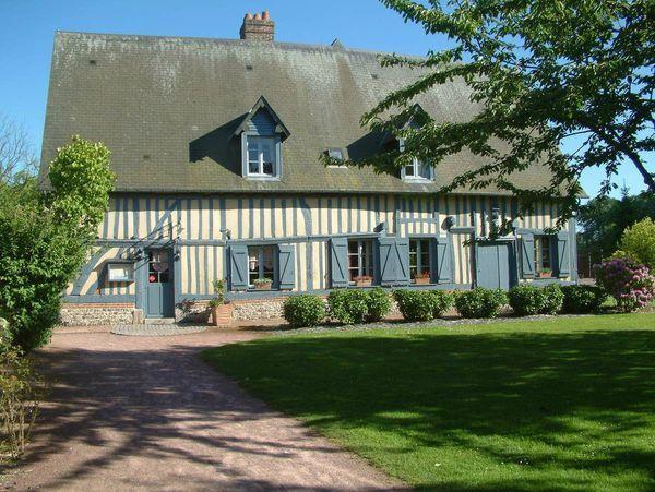 Une belle maison normande aux colombages et aux volets peints en bleu gris - Maison campagne normandie ...