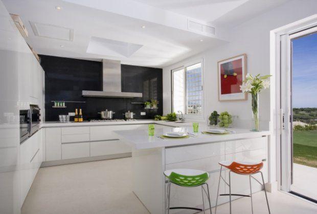 Białe szafki, biały blat i biała podłoga Za to czarna   -> Kuchnia New Hampton