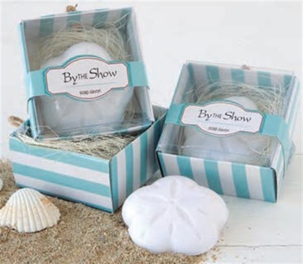 Jabones perfumados con forma de concha de mar, presentados en una caja regalo a rayas blancas y azules.   Ideal como detalle de boda, un regalo muy agradable que sin duda tus invitadas agradecerán.   Medidas: 6 x 3,7 x 6 cm.