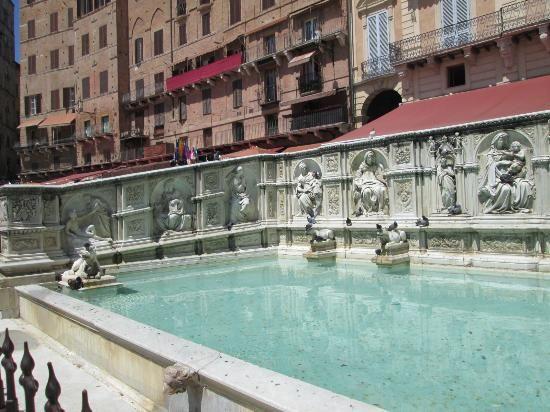 """Fonte Gaia (""""Fountain of Joy""""), Siena"""