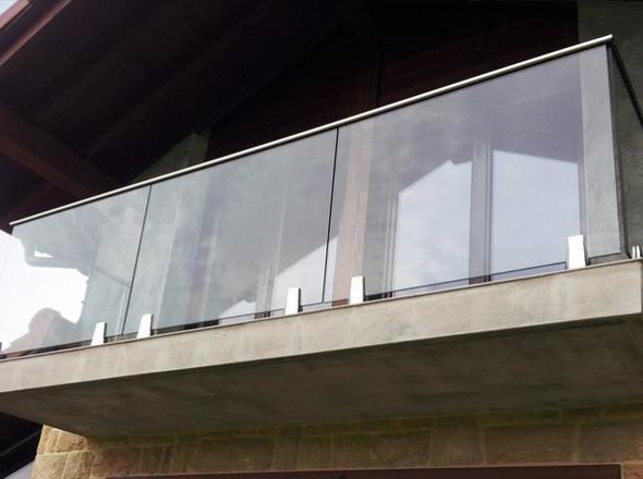 Parapetto in vetro balcone con fissaggio a morsetti