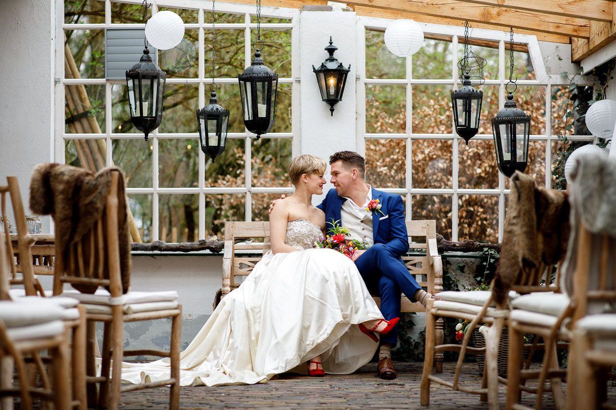 Bruidspaar Op Een Trouwbankje Bij De Woeste Hoeve Lichte