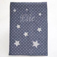 Protège carnet de santé personnalisable en coton bleu avec des étoiles argentées prénom brodé