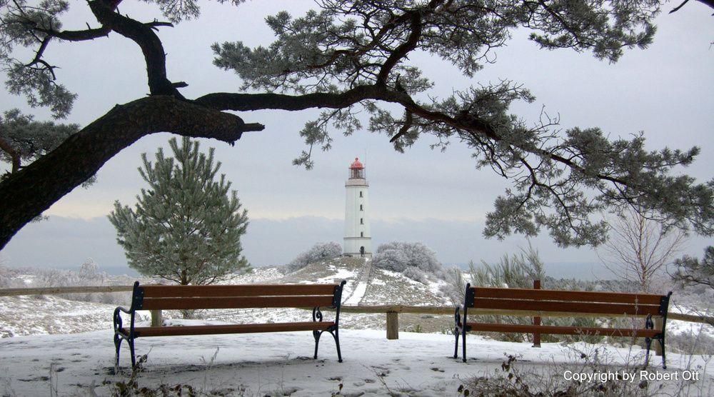 Zwei Bänke vorm Leuchtturm Dornbusch | Hiddensee