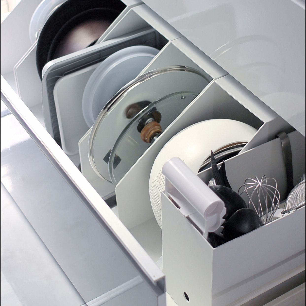フタなど立てておきたいものの収納に こちらも無印のファイルボックスですが 重さのあるものを入れても安定感がありますね フライパン 収納 収納 収納 アイデア