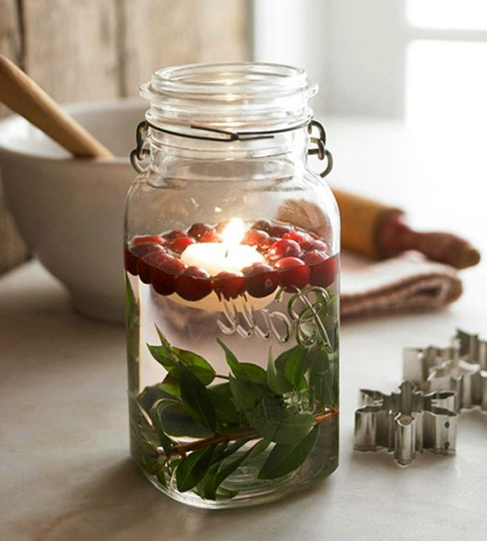 kleine Früchte - Einmachgläser Deko und grüne Zweige in der Küche