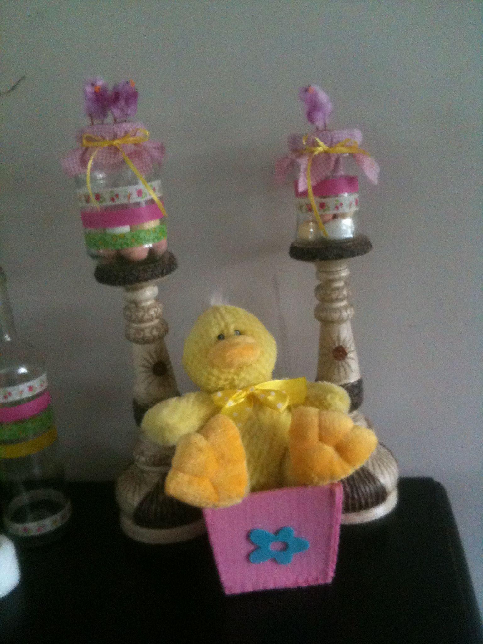 Lege jampotjes met masking tape en roze ruitjes stof. Gevuld met paaseitjes. Pasen & Easter.