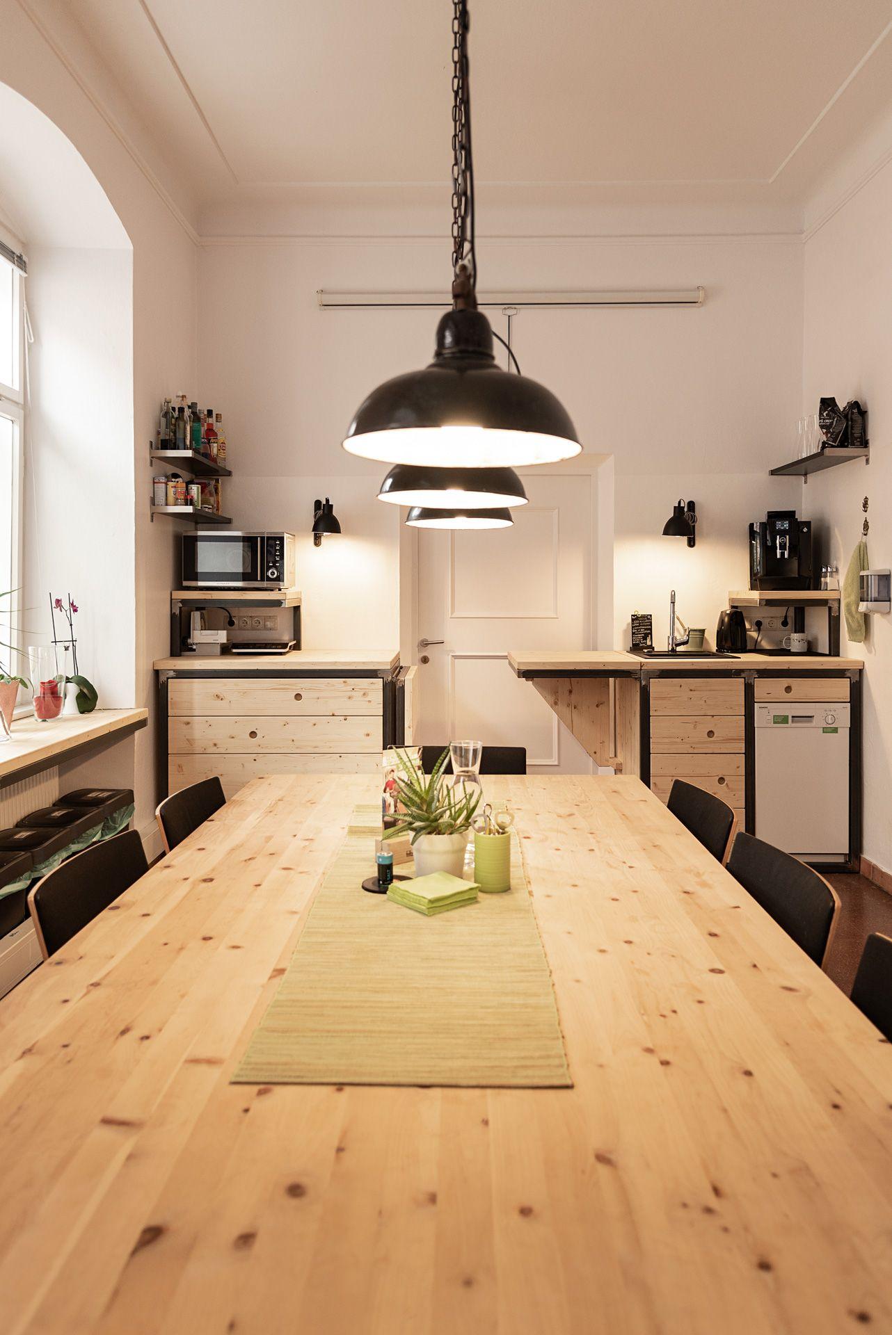 Die Besprechungsküche. Tisch aus Zirbenholz und Schwarzstahl. Die
