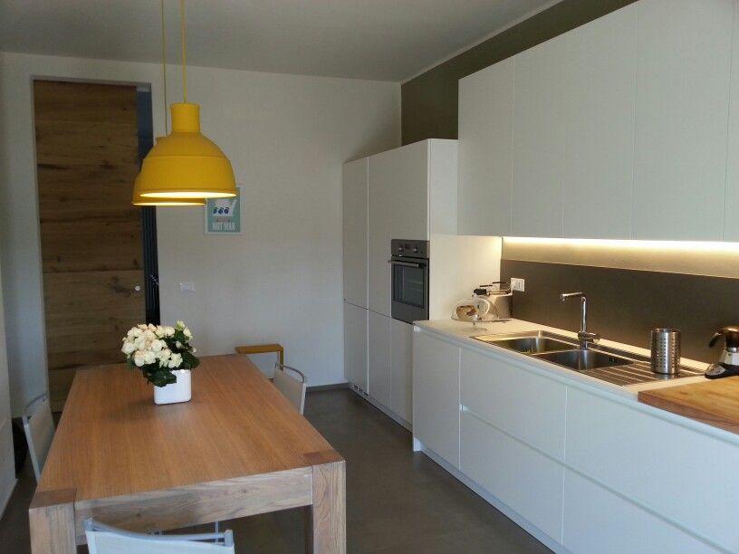 Cucina Scavolini Evolution Bianco Su Bianco Tavolo In Legno Di Rovere E Un Tocco Di Giallo Con Le Lampade Muuto Tavoli In Legno Cucine Arredamento