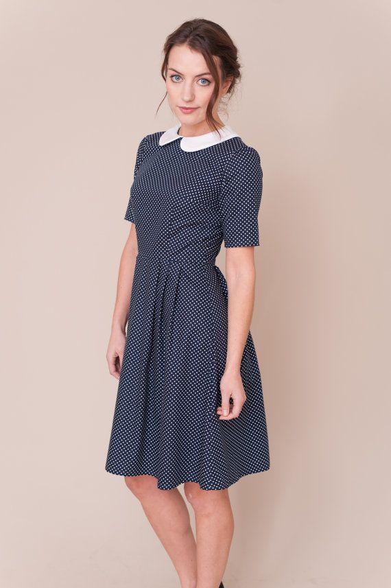 8b8b6d72f Vintage hecho a mano inspirado vestido con mangas cortas y falda plisada.  Tela de algodón azul marino con pequeñas manchas blancas y blanco cuello  peter pan ...