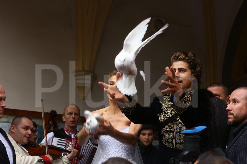 Na svadbe nemohli chýbať ani biele holubice, ktoré pár vypustil.