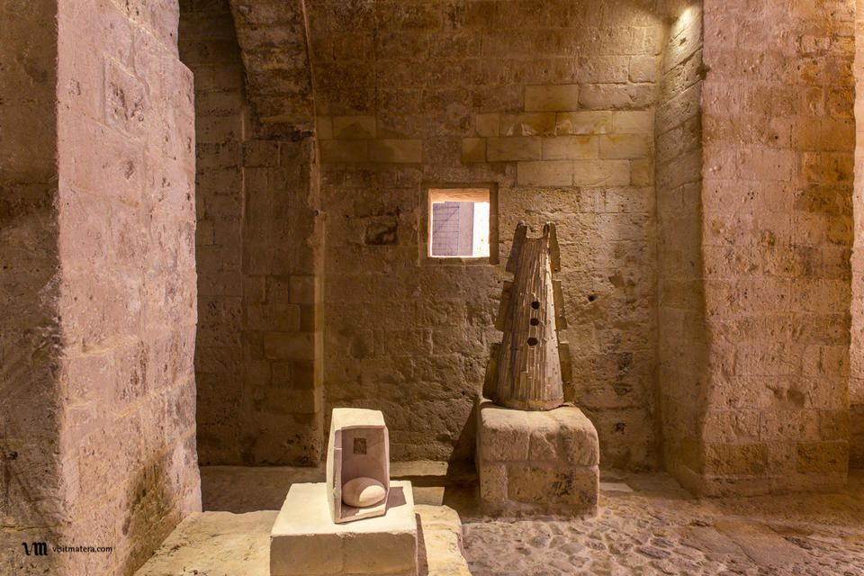MUSMA (Museo d'arte Matera): Terzo ipogeo: Maria Lai, Sa domo de su dolo (2002); Kengiro Azuma, MU S 144 (1964)