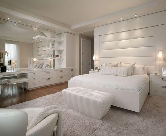 Weißes Schlafzimmer mit Leder Bett-Kopfteil und Schminktisch - schlafzimmer einrichten rosa