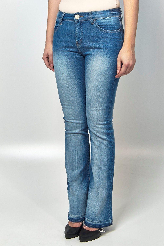 Calça jeans flare com barra levemente desfiada. Lavagem clara e cintura mais  alta. Versátil 45d00b81822