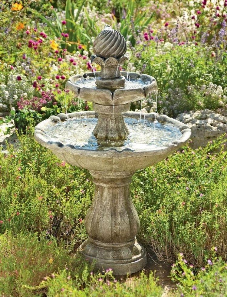Decoration De Jardin Fabriquez Vous Meme Une Magnifique Fontaine Decoration Fabriquez Fontaine Jardin Magni Brunnen Garten Garten Deko Vogelbad Brunnen