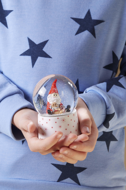 Boule à neige #noel2019decopourenfant Comme une irrésistible envie de redevenir enfant ! Le charme des tons rouge et blanc, la simplicité du bois brut, des sujets et décorations au charme d'antan… une collection à croquer ! #Noel #Christmas #Matindenoel #joyeuxnoel #enfance #souvenir #cadeaux #déco #noel2019decopourenfant Boule à neige #noel2019decopourenfant Comme une irrésistible envie de redevenir enfant ! Le charme des tons rouge et blanc, la simplicité du bois brut, des sujets #noel2019decopourenfant