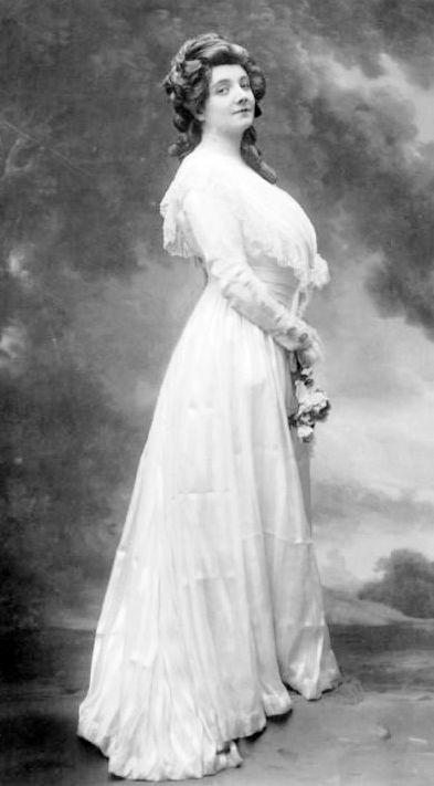 """French mezzo-soprano opera singer Claire Croiza as Charlotte in """"Werther"""" (circa 1907)."""