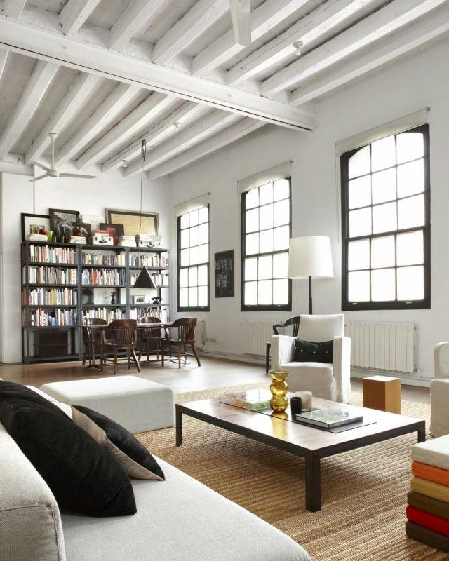 loft-einrichtung-wohnbereich-hohe-decke-dachbalken-grosse-fenster - einrichtung im industriellen wohnstil ideen loftartiges ambiente