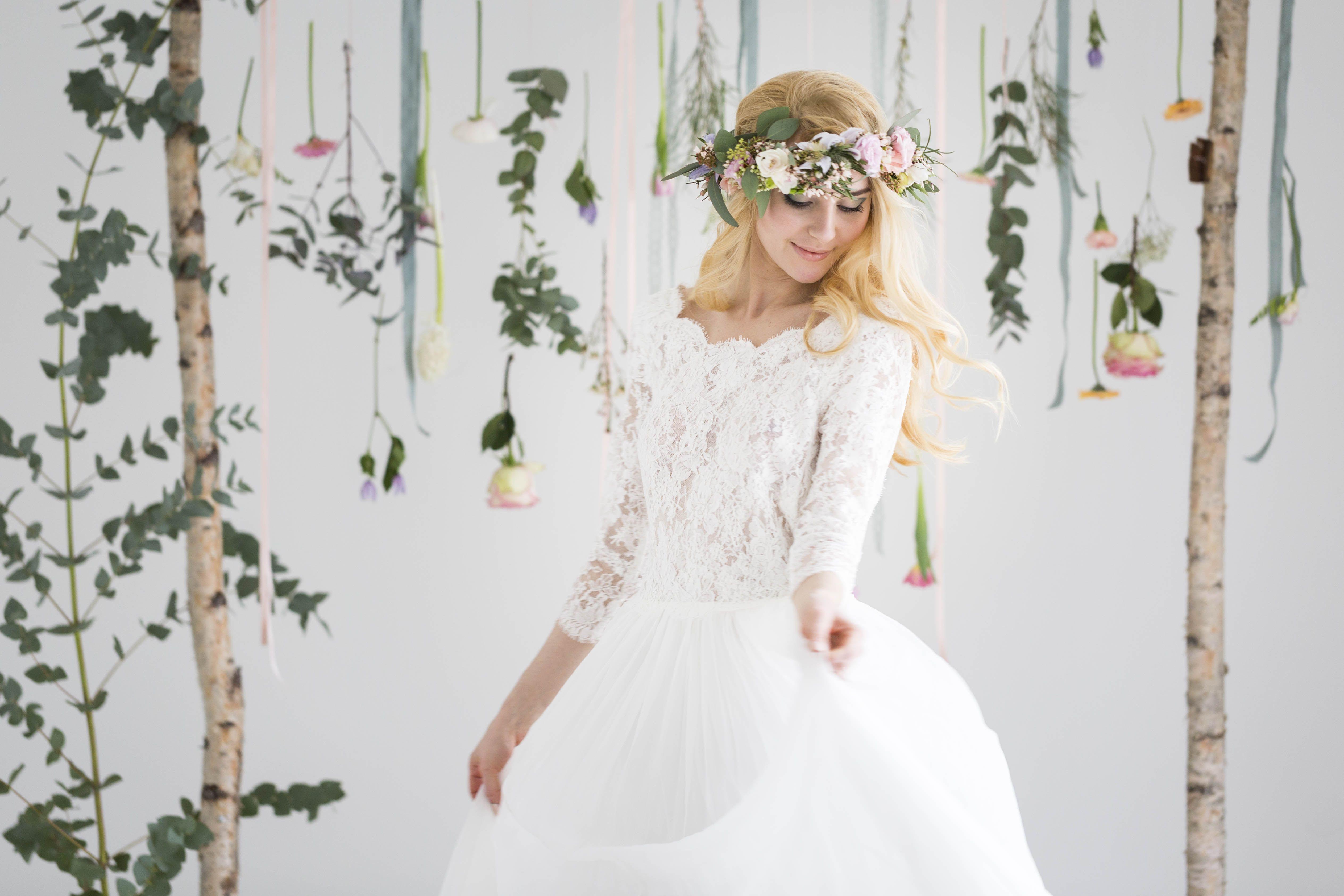Inspirationsshooting Fruhling Hochzeit Hochzeitskleid Brautstrauss Blumenkranz Hochzeitsfotografin Fotografin Blumenmadchen Kleid Hochzeit Hochzeitskleid