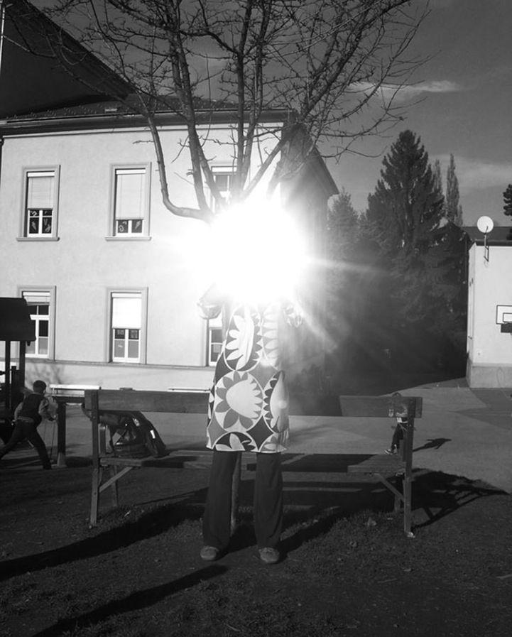 Permanecer anónimo con brillantes destellos de luz