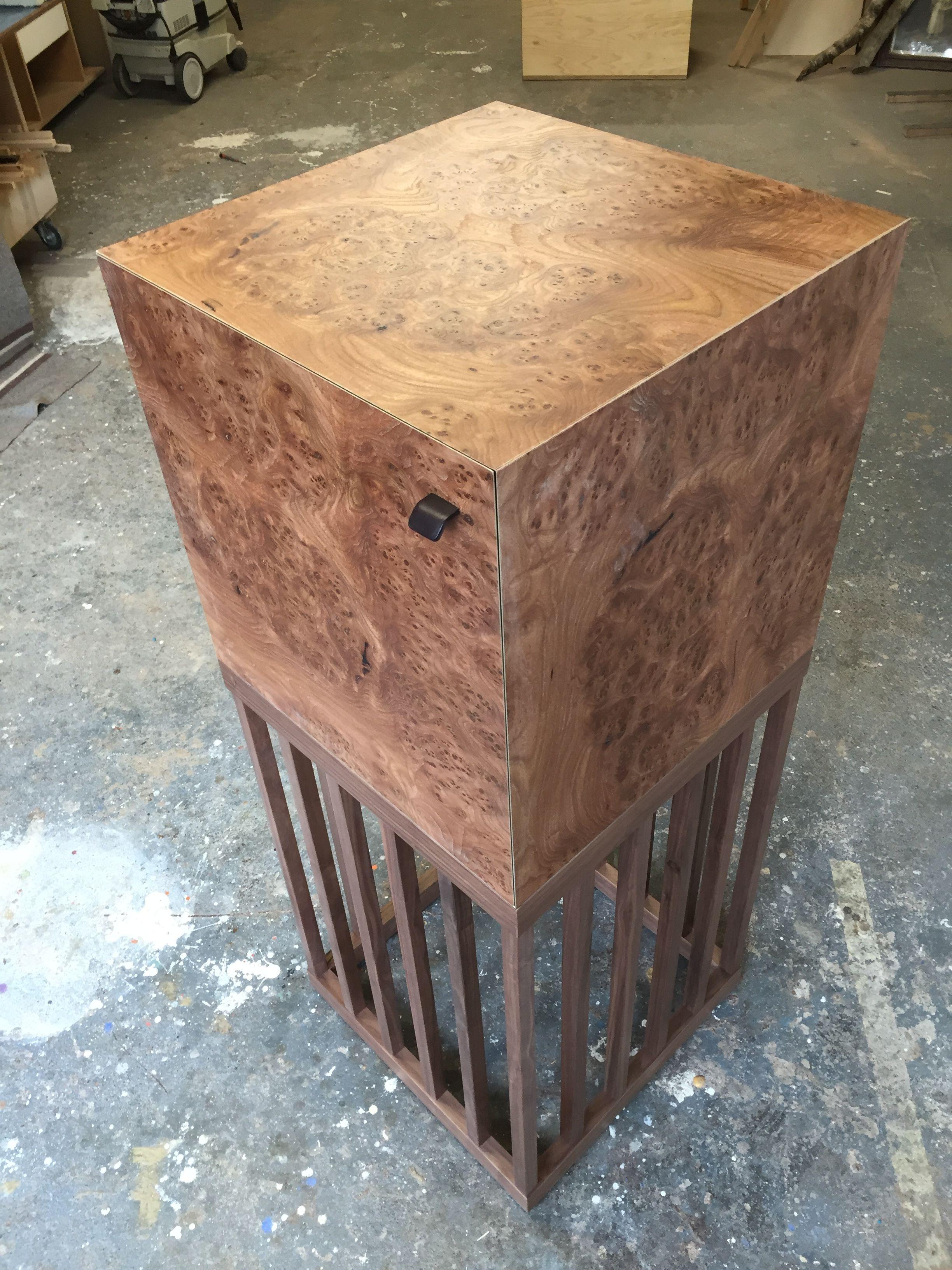 Kubischer Barschrank aus Wurzelmaserfurnier. Das Untergestell aus Nussbaum massiv