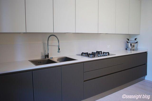 Risultati immagini per cucina bianca e grigia opaca | Cucina salotto ...