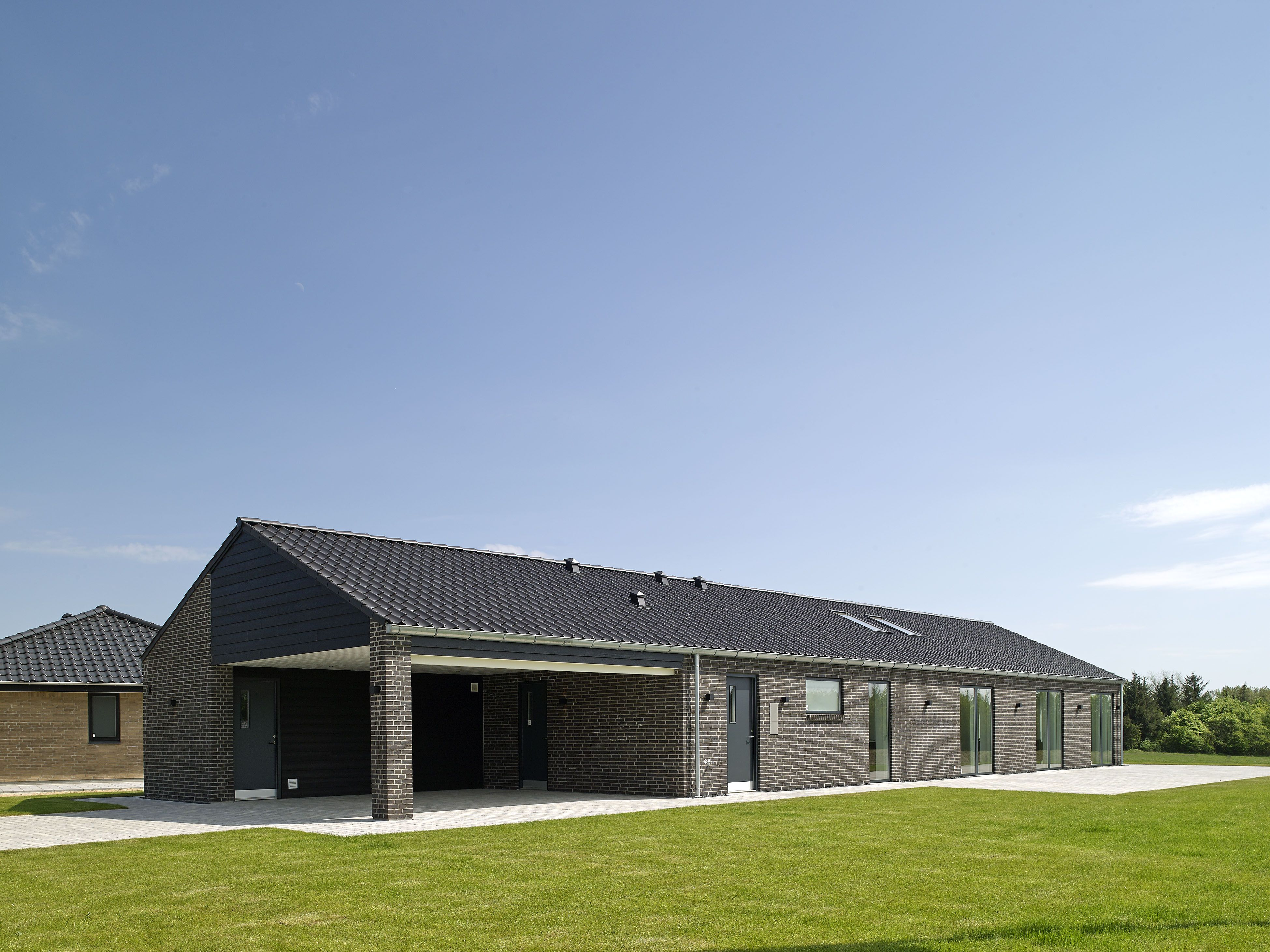 Skønt længehus i moderne arkitektur med integreret carport