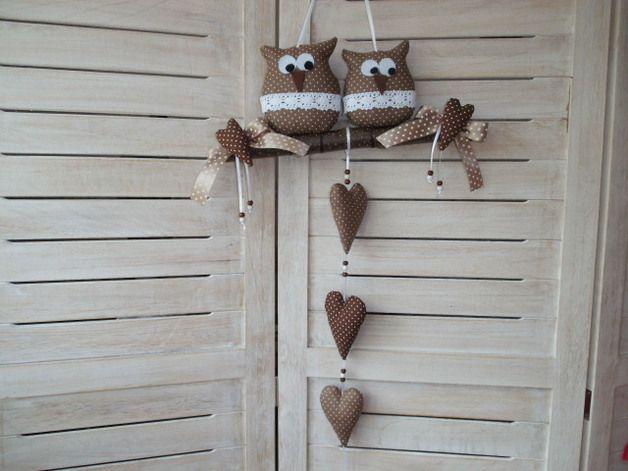 *2 niedliche Eulen auf einem Haselnussast und Stoffherzen*  zum Hängen    In liebevoller Handarbeit hergestellt.Die Eulen und Herzen wurden aus einem Baumwollstoff genäht und mit hochwertiger...