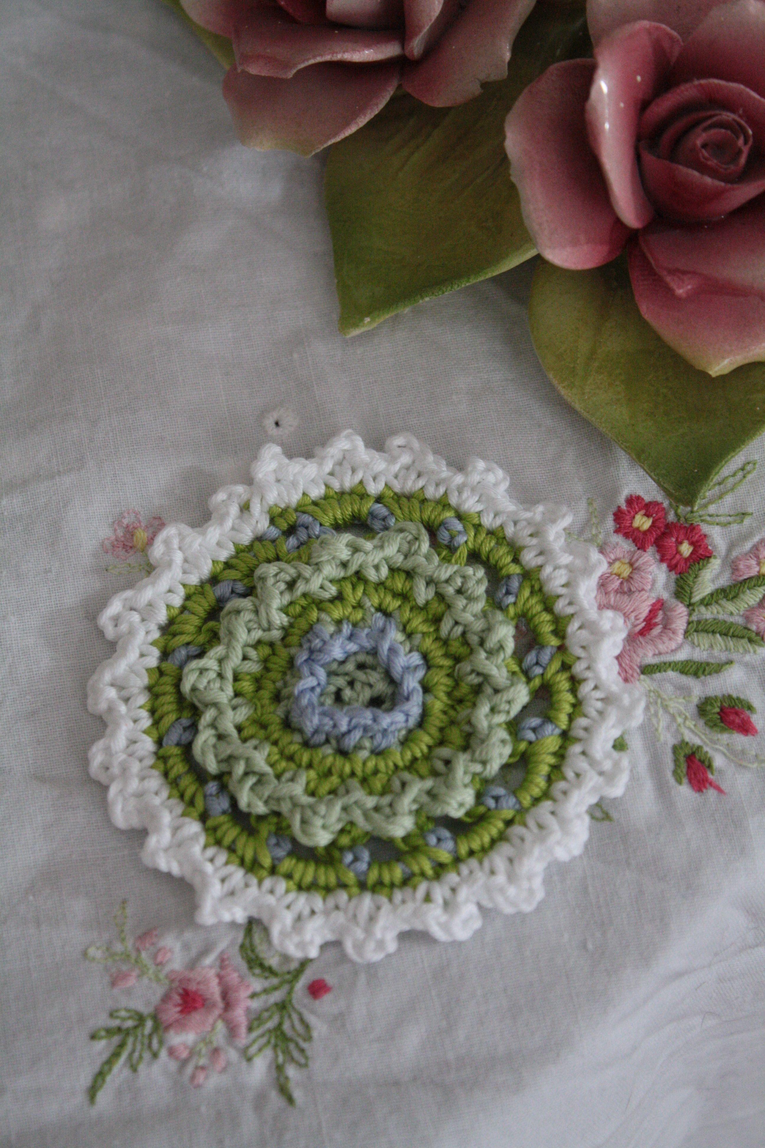 gehäkelte Blume, auf einer alten Tischdecke die ich von meiner Oma habe