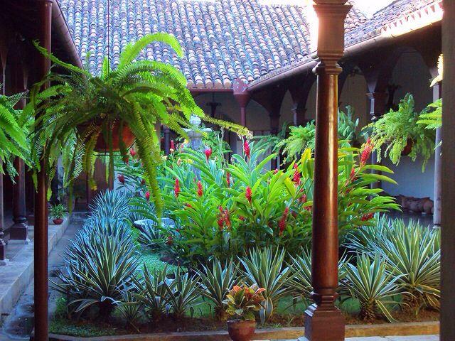 Museo de cerámica precolombina, jardín del primer patio de la antigua casona. La casona perteneció a la familia de Gabriel Lacayo Arguello.