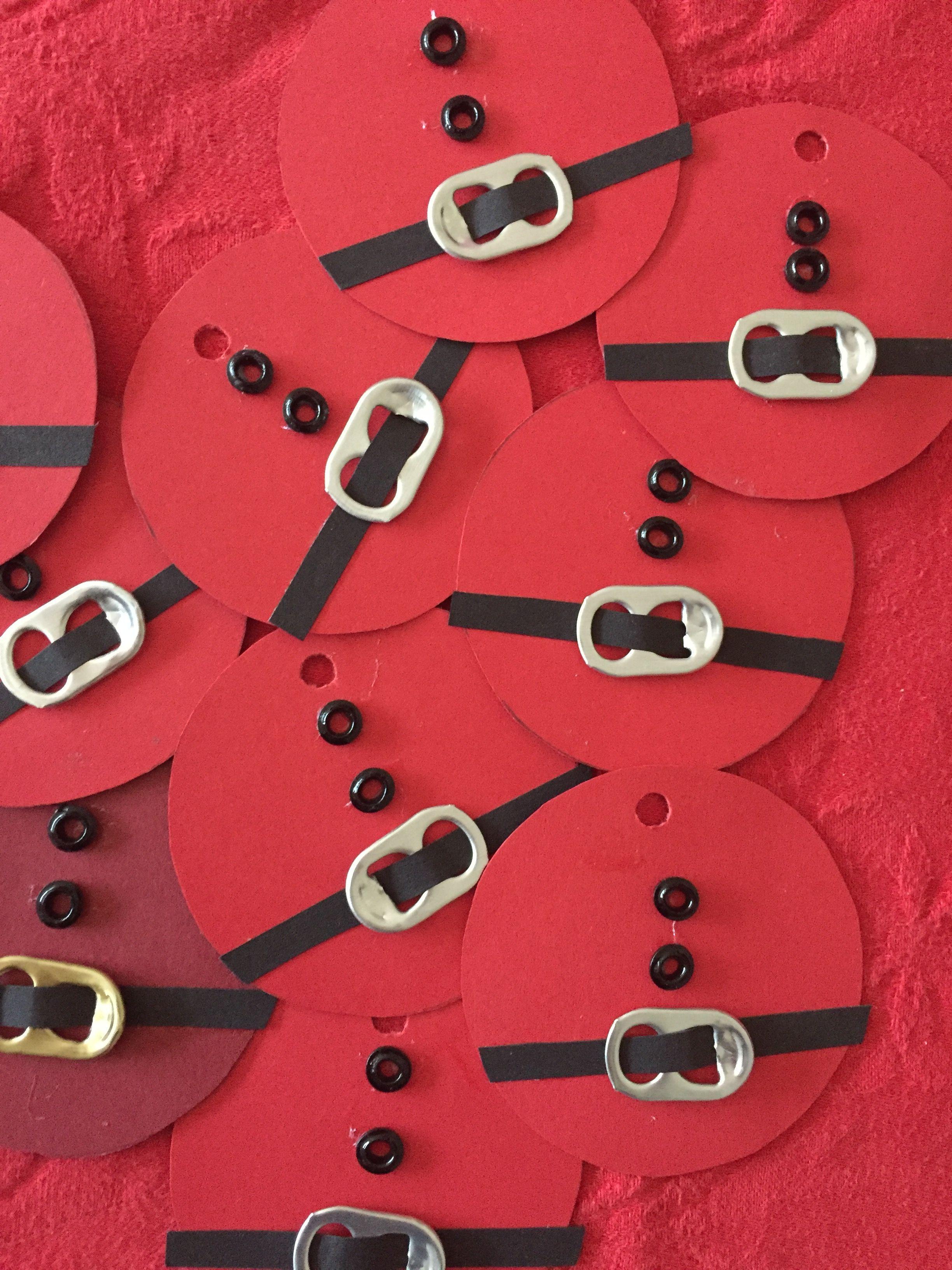 Til og Fra kort... Julemandens mave : Rødt karton klippes i cirkler Sort karton klippes i strimler Bæltespændet er taget af fra en dåse (sodavand /øl) Knapperne er rørperler der har været i ovnen ., Det hele limes og vupti.. GLÆDELIG JUL