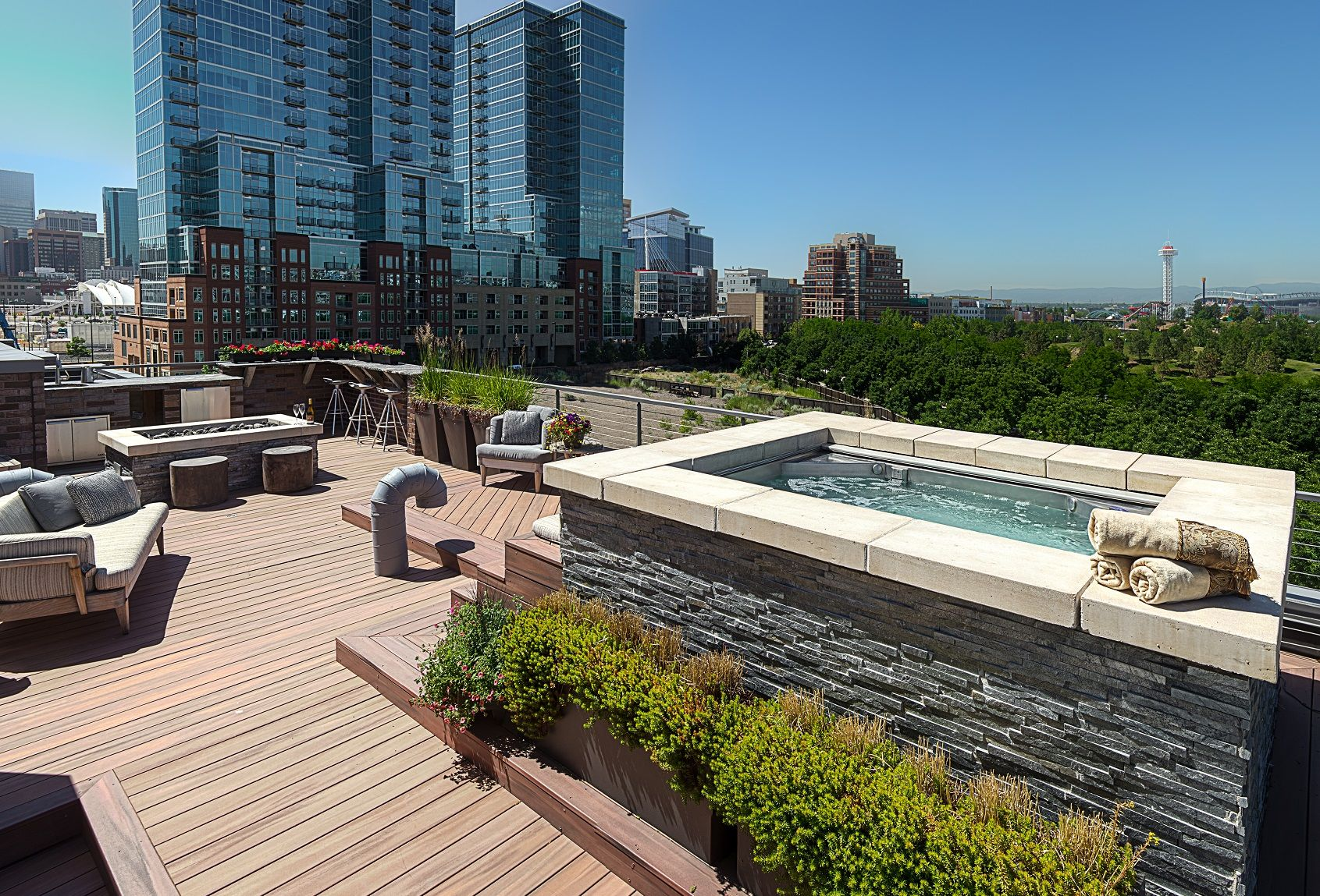 Stainless steel rooftop hot tub with built in bench for Rooftop pool design