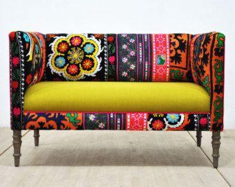 Handgefertigte Große Zweisitzer Sofa Mit Vintage Suzani Und Fuchsia Farbe  Samt Stoffen Gepolstert. Schöne Kombination Von Schönen Farben.