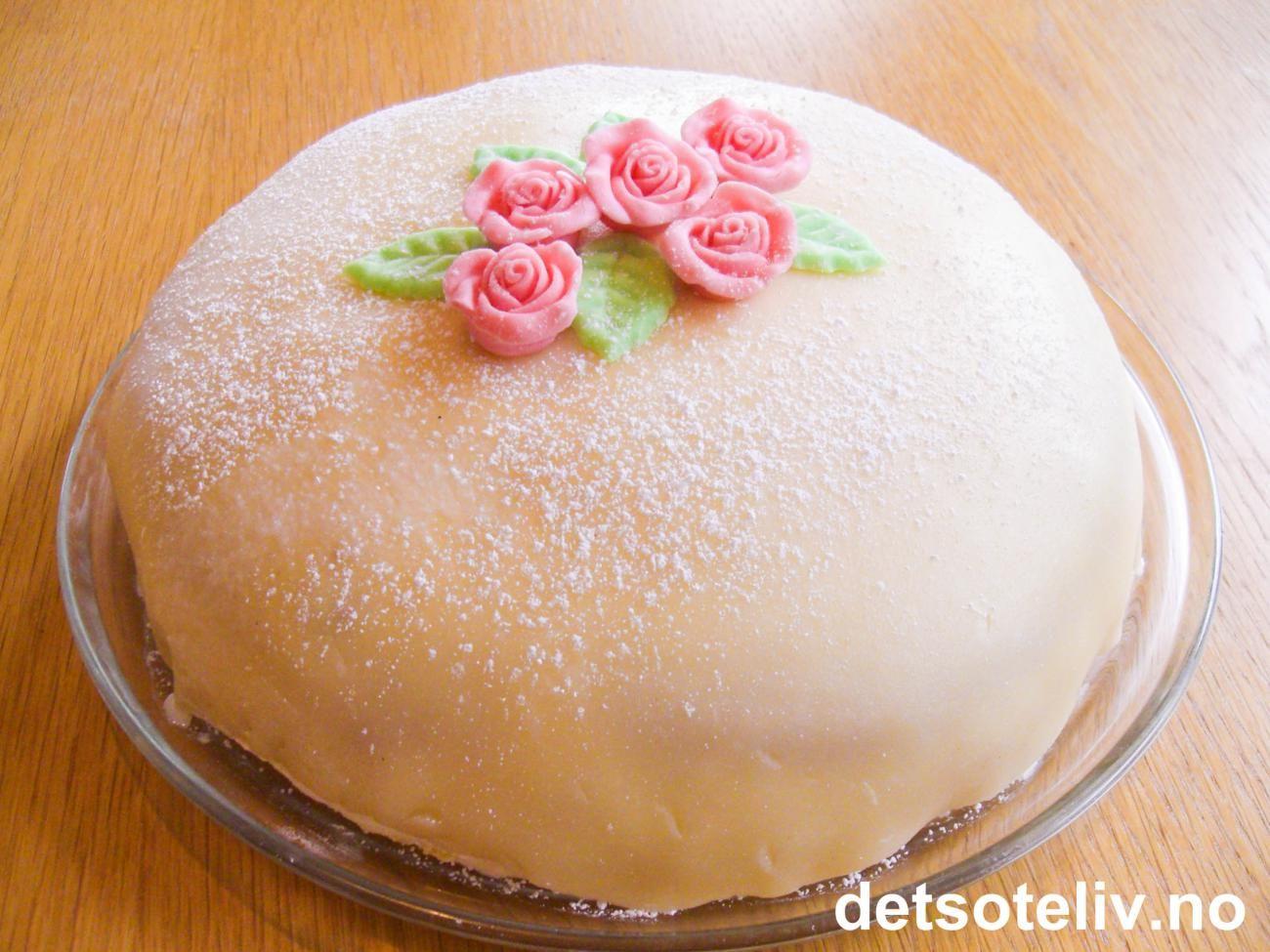 """Hvit """"Prinsesstårta"""", den originale har grønt marsipanlokk"""