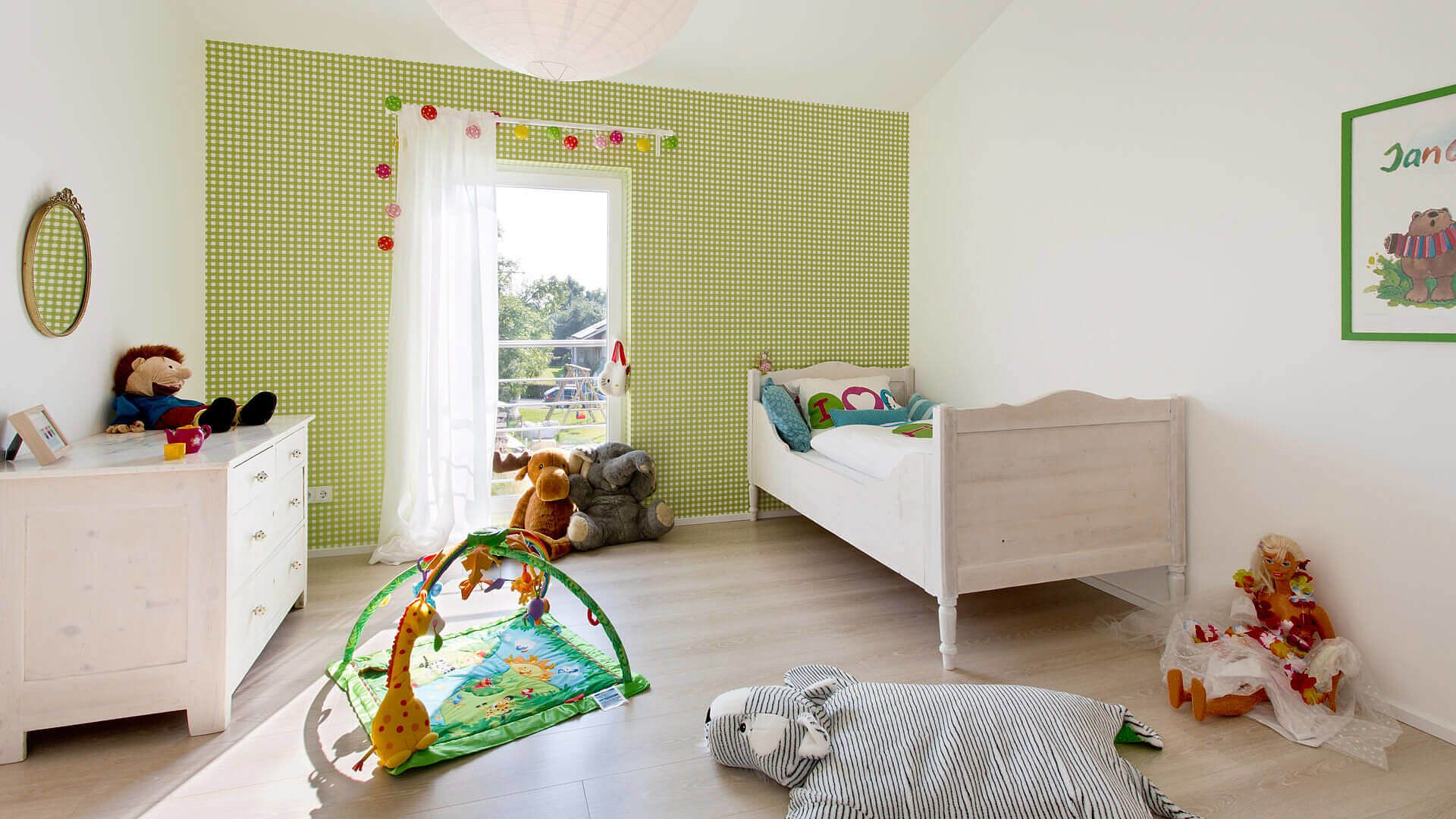 kinderzimmer weiße wände grün/weiß karierte wand holzfußboden ... - Kinderzimmer Weis Grun