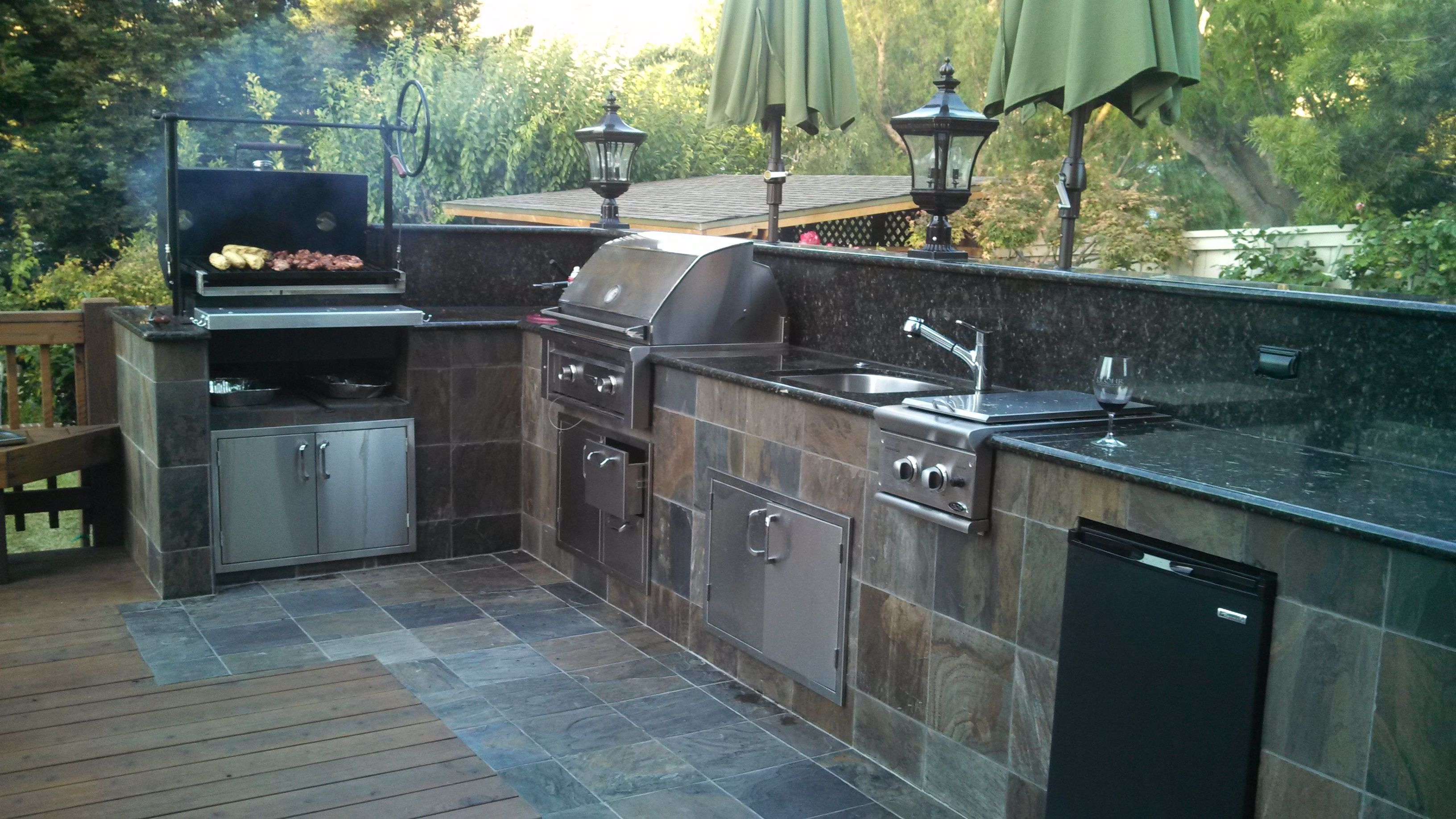 Outddoor kitchen with burning engelbrecht grill and lynx for Gasgrill fur outdoor kuche