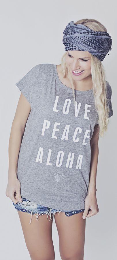 LOVE PEACE ALOHA SHIRT Das lässig geschnitte HIPPIE LOVE T-shirt kann durch den weiten Ausschnitt auch schulterfrei getragen werden. Es ist aus 100% Baumwolle und eignet sich super für das nächste Festival oder den Sommerurlaub.   yoga shirt hippie shirt schulterfrei aloha hawaii baumwolle statementshirt slogan shirt printed shirt hippie fashion ibiza festival coachella cotton  www.hippie-love.com