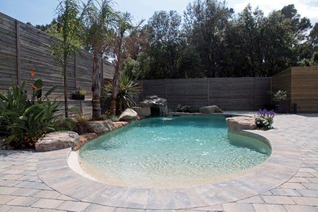 piscina paisajista con entrada efecto playa revestida en