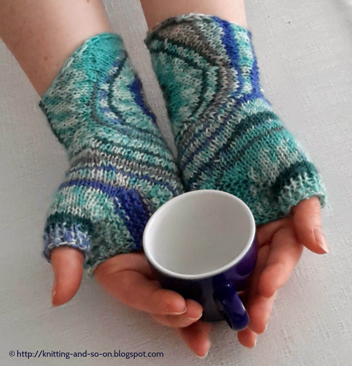 Free knitting pattern zoom out fingerless gloves sewing free knitting pattern zoom out fingerless gloves bankloansurffo Image collections