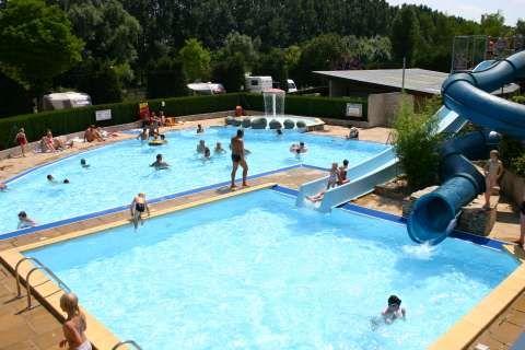 Camping Les Breuils Zwembad Kinderbadje En Waterglijbanen Met Afbeeldingen Waterglijbanen Zwembaden Camping
